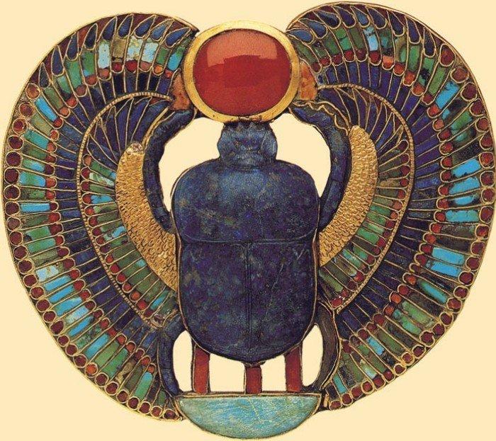 Una de las piezas más imponentes encontrado en la tumba del faraón Tutankamón es este escarabajo alado realizado en oro y piedras semipreciosas